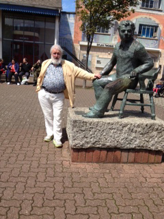 チャールズ先生とディラン・トーマス像(スウォンジ/ウェールズにて)